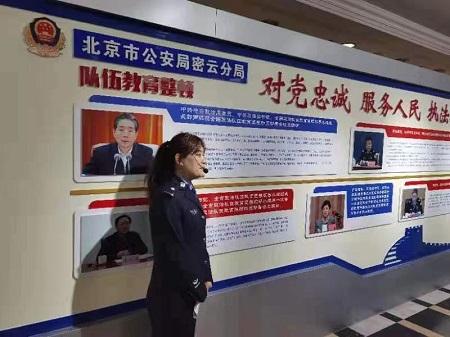 参观党史教育墙.jpg